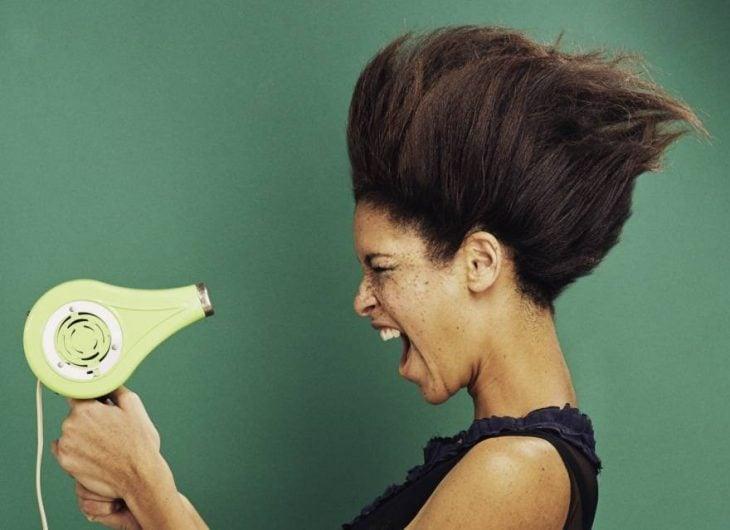 mujer secándose la cara con secadora