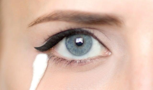 ojo delineado con cotonete