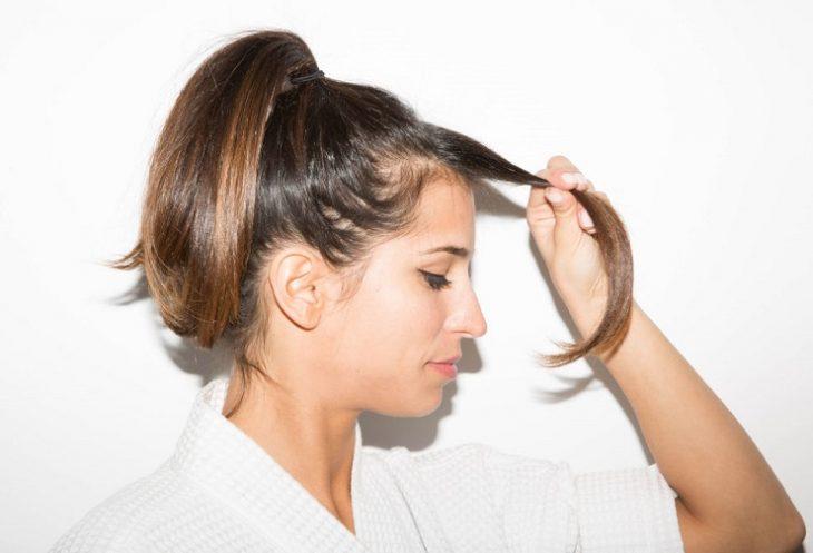 chica con un mechón de cabello