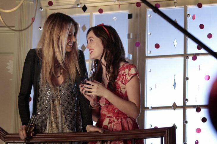 Escena de la serie gossip girls chicas conversando en unas escaleras