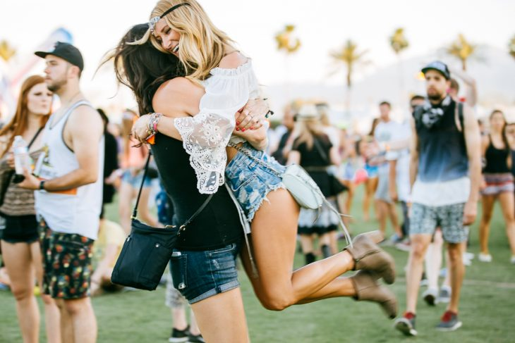 Chicas abrazadas en el festival de coachella