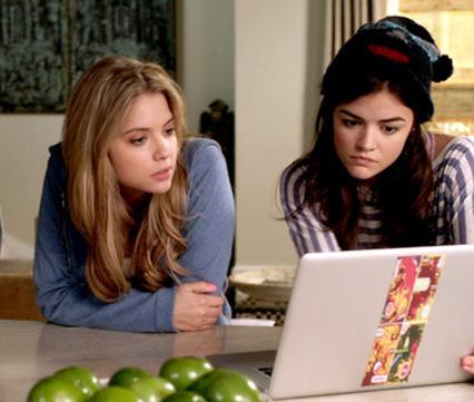 Chicas viendo una laptop