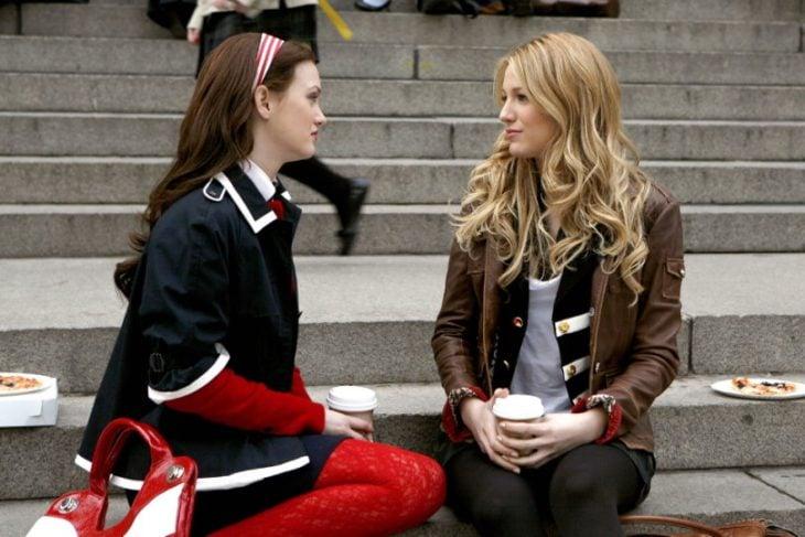 Escena de la serie gossip girls chicas sentadas en una escalera conversando