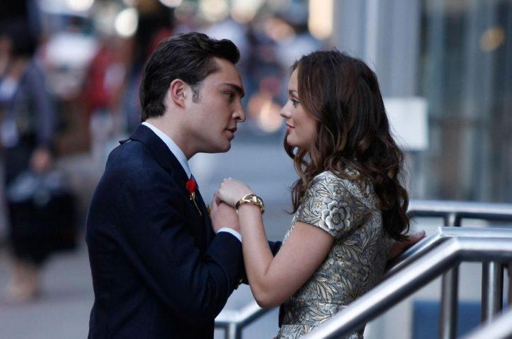 chico besa las manos a chica