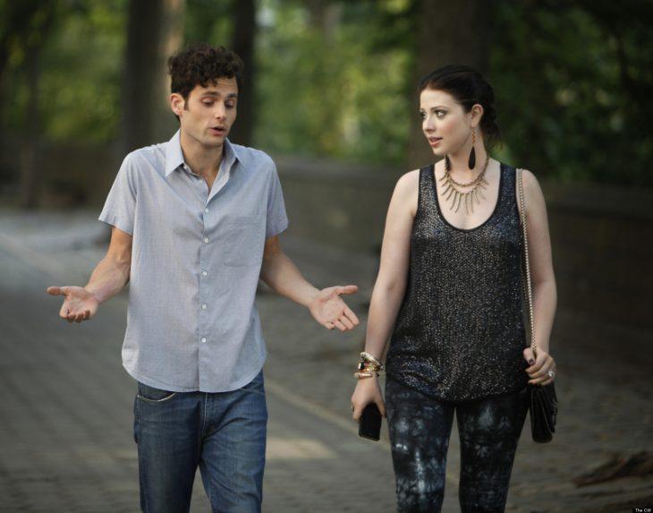 pareja caminando en el parque