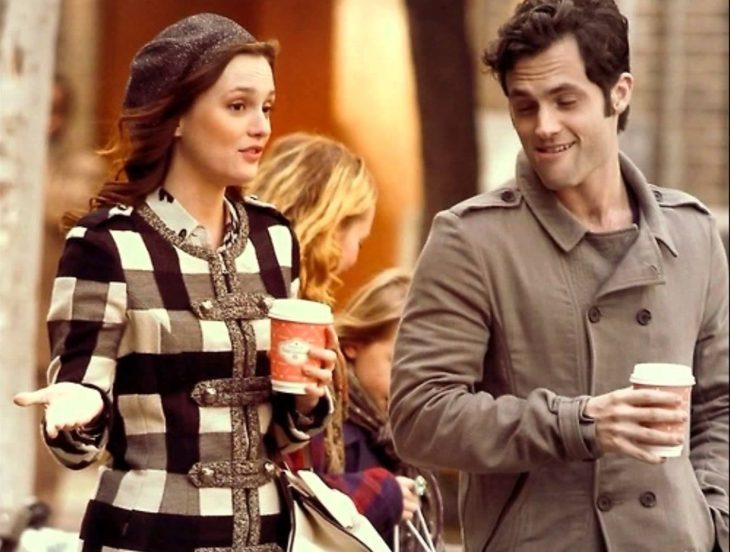 pareja en la calle con cafe