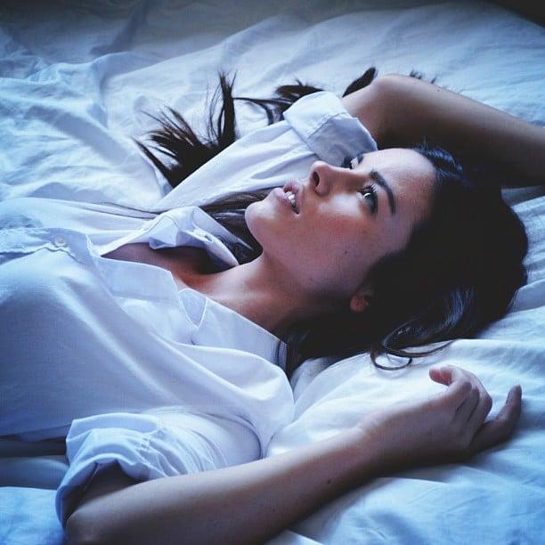 Chica recostada en la cama pensando