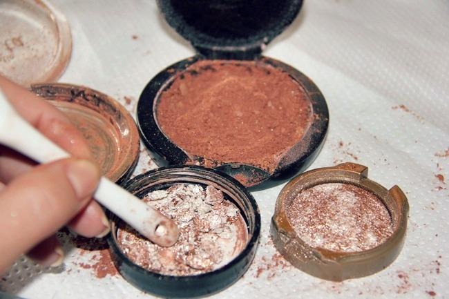 maquillaje en polvo en pedazos