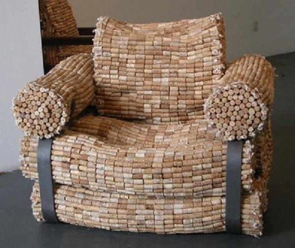 sillón hecho de corchos de botellas de vino