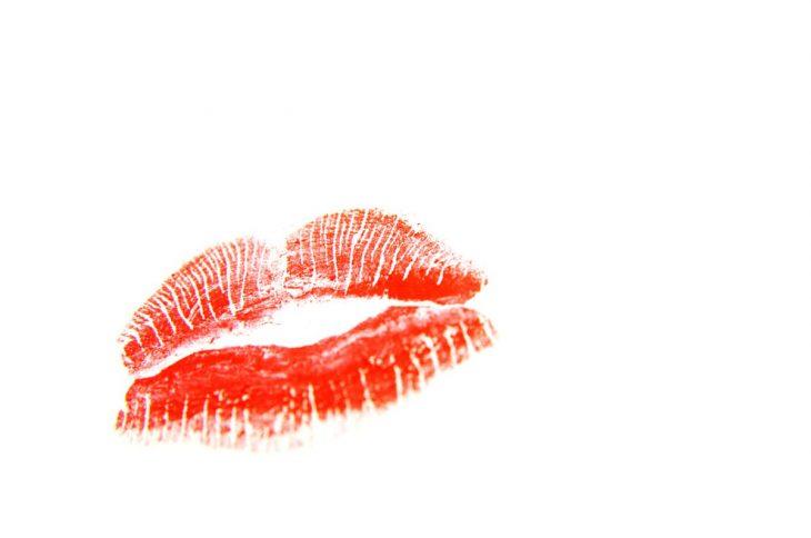 labios pintados sobre fondo blanco