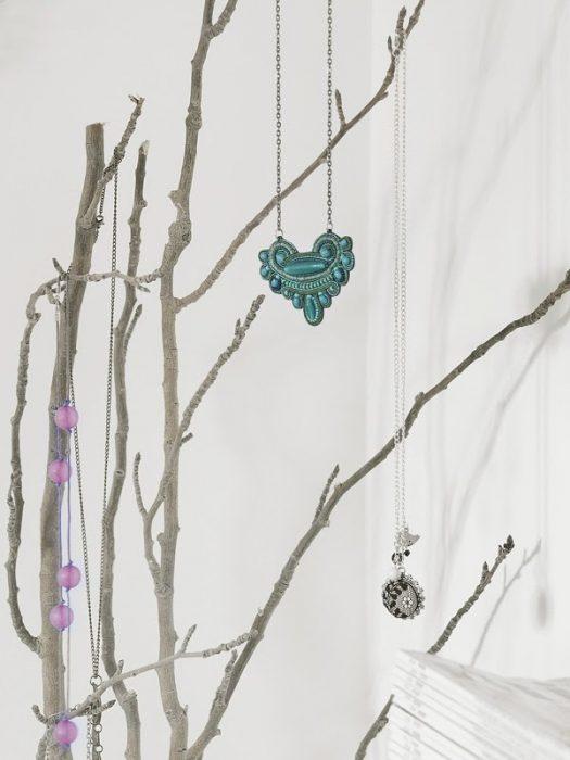 colgador de colares hecho de ramas