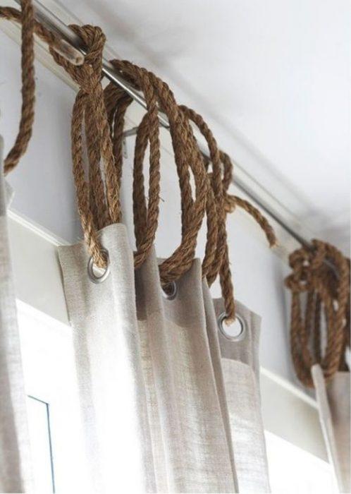 cortina colgada con soga