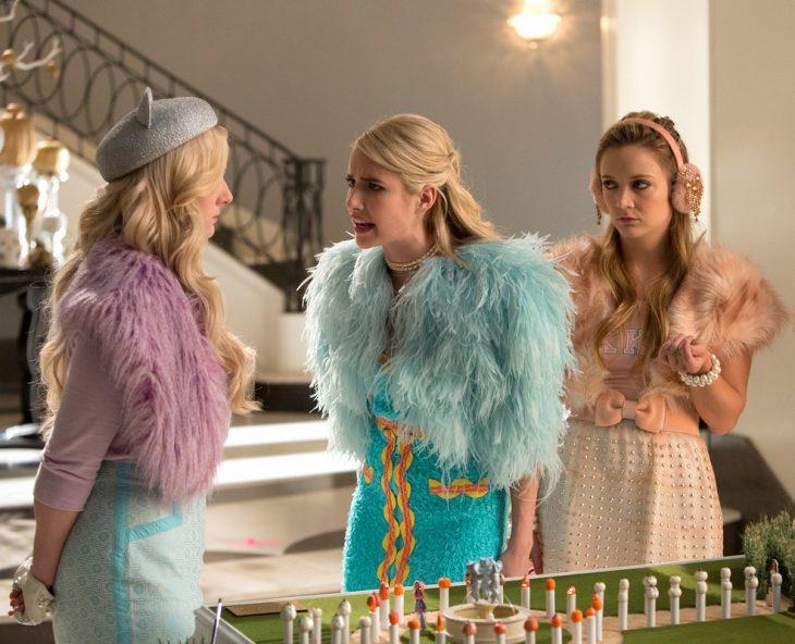 Escena de la serie scream queens chanel regañando a una chica