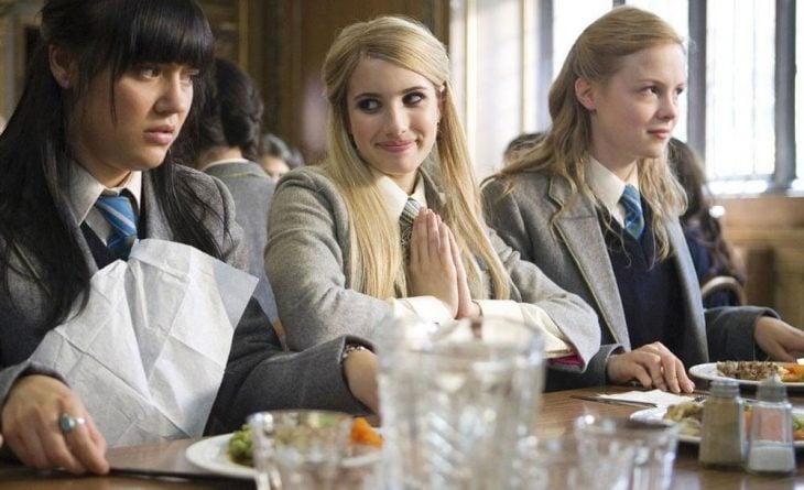 Escena de la película wild child chicas comiendo en un comedor