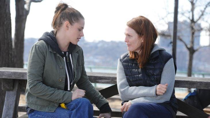 Madre e hija conversando sentadas en una banca
