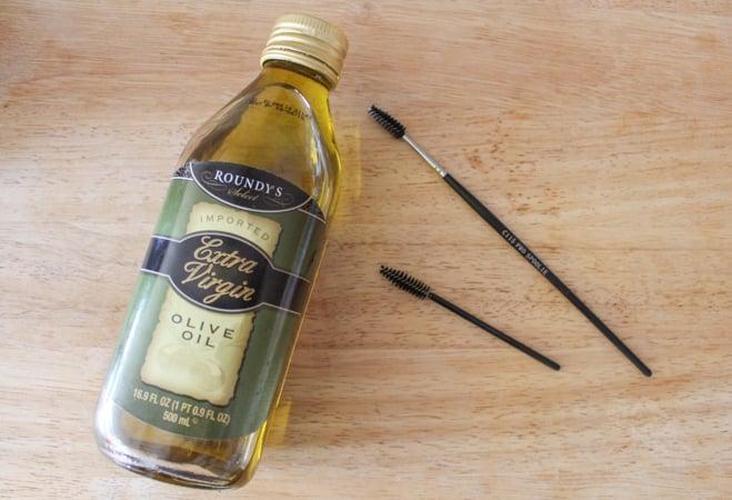 aceite de oliva y aplicadores para pestañas
