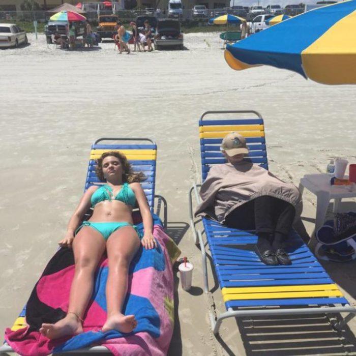 Chicas en la playa, una en bikini y otra con ropa de invierno