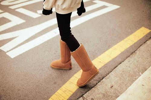 Chica caminando con unas botas uggs