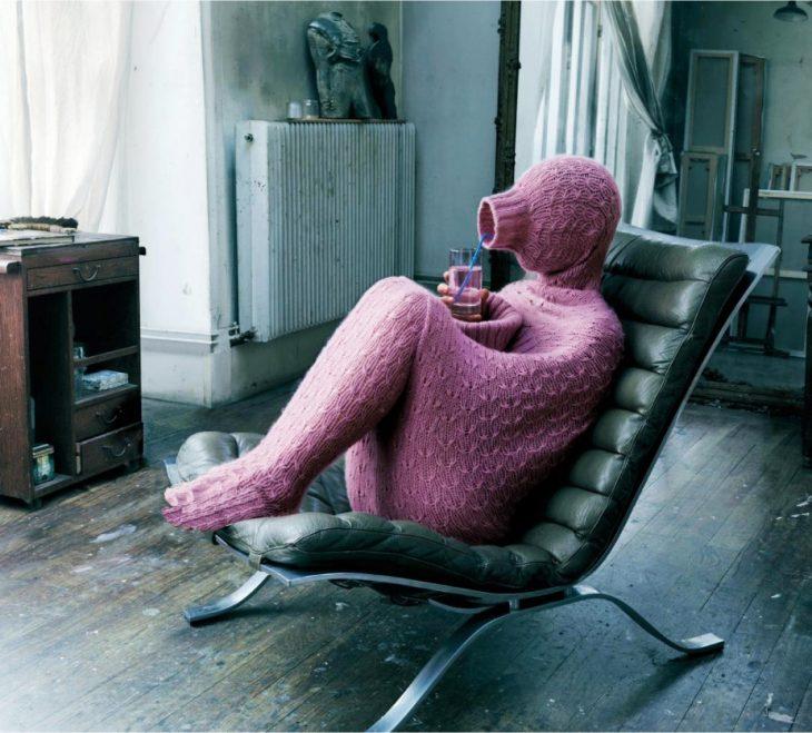 Chica con un mameluco color rosa tapándose del frío
