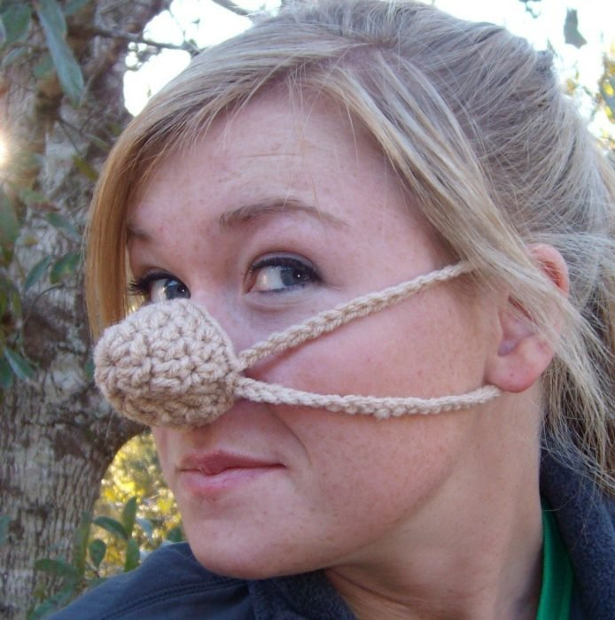 Mujer con un calentador de nariz te estambre