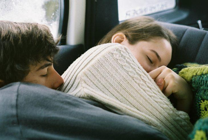 Pareja de novios abrazados y durmiendo