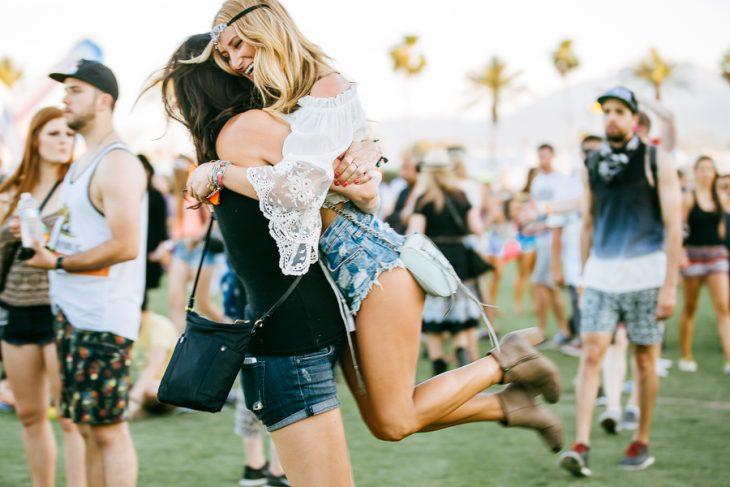 Chicas abrazadas y riendo