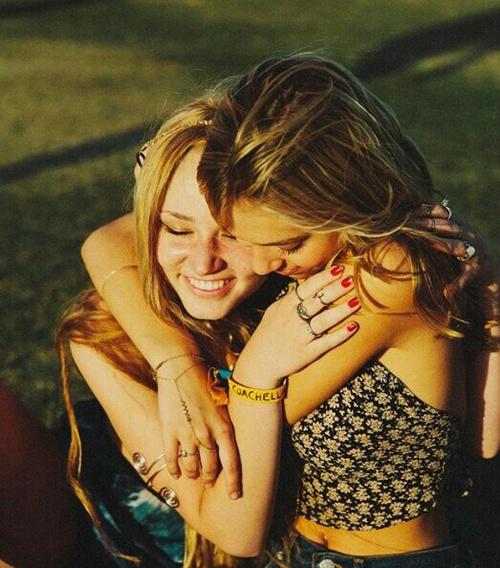 Chicas abrazadas en un campo