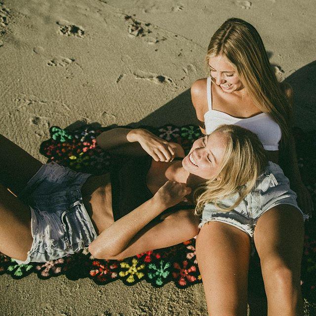 Chicas en la playa recostadas