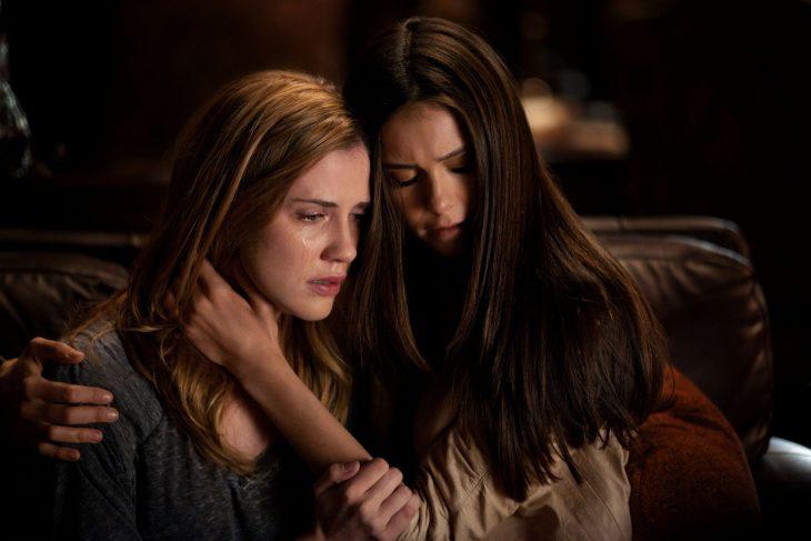 Chicas de vampire diaries abrazadas y llorando