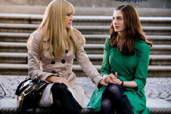 Escena de la película novias en guerra chicas conversando