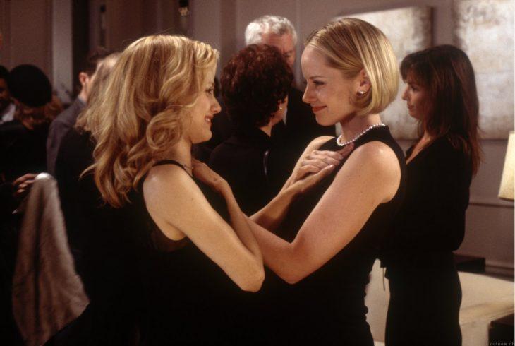 Escena de la película niñera a la fuerza amigas abrazándose
