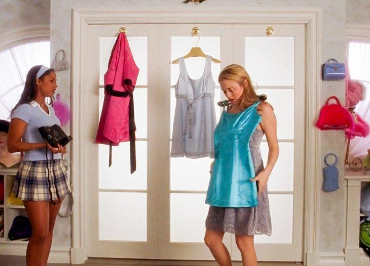 Chicas midiéndose ropa