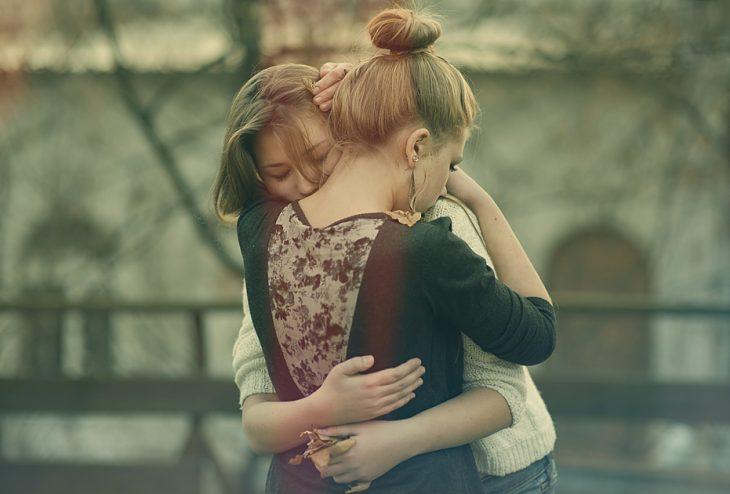 Amigas abrazadas llorando