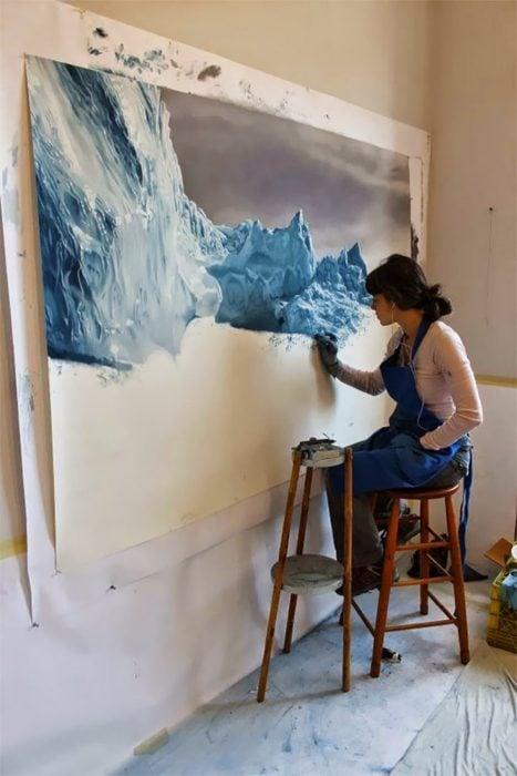 Chica pintando un paisaje