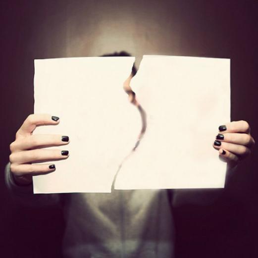 Chica rompiendo una hoja de papel