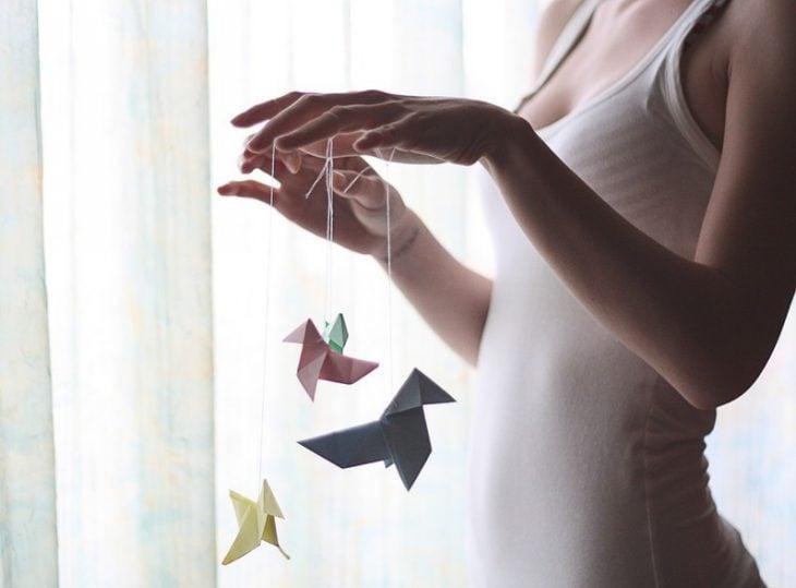 Chica haciendo origami