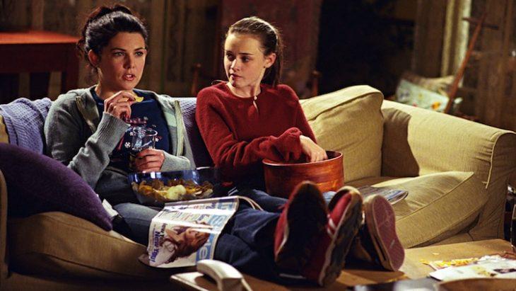 mujeres sentadas en sillón