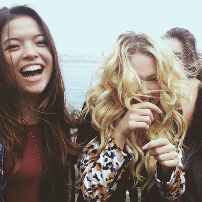 chicas riendo a carcajadas