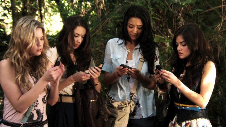 chicas viendo todas el celular