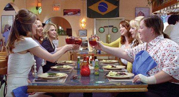 grupo de mujeres brindando