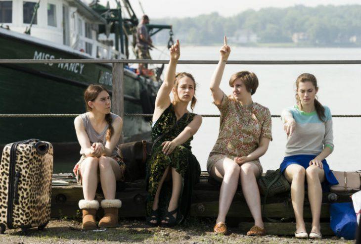 chicas haciendo señales