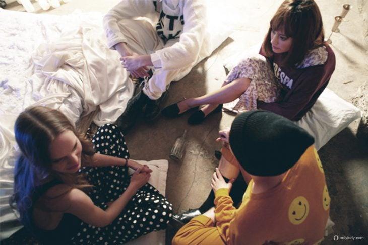 grupo de chicas sentadas en el suelo platicando