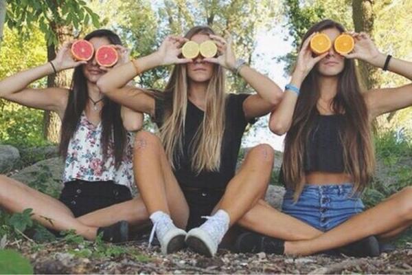 chicas con naranjas en los ojos