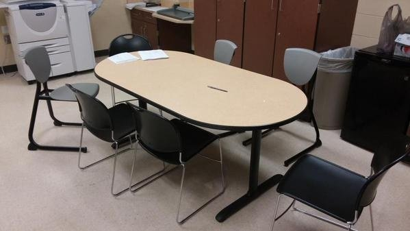 mesa con sillas afuera