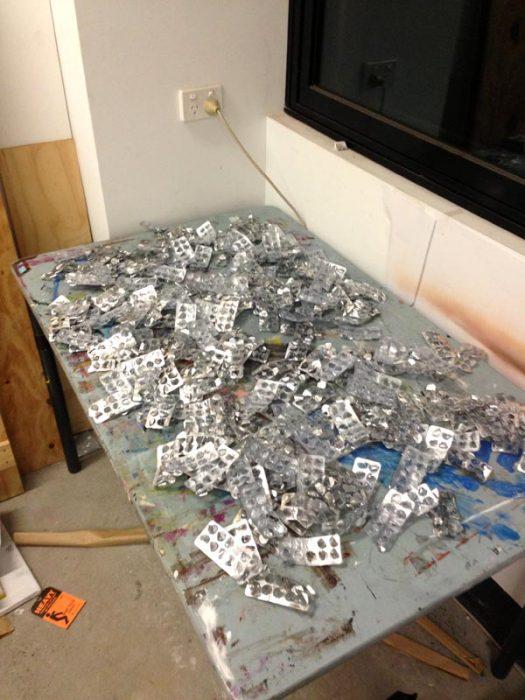 mesa llena de paquetes vacíos