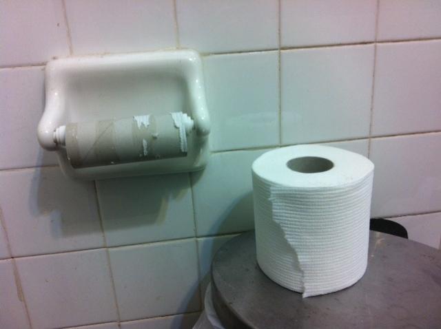 rollo de papel usado puesto