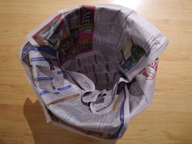 bote de basura con periódico