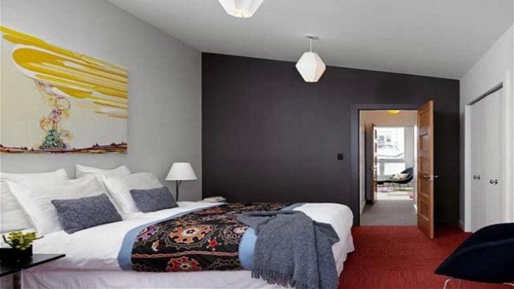 habitación con cama montada como en hotel