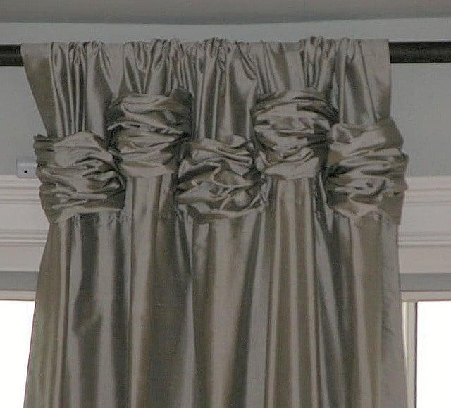 cortinas anudadas en la parte superior