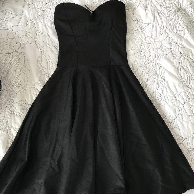 vestido negro strapless en la cama